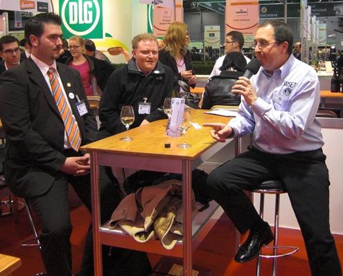 Von Links: Wein-Blogger Alexander Ultes und Thomas Günther sowie Master of Wine David Wrigley