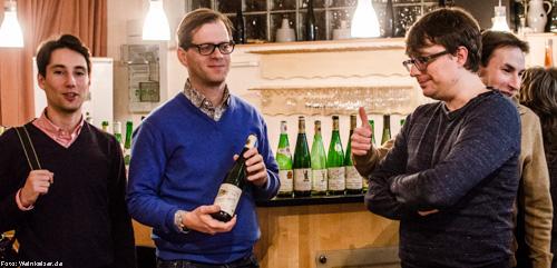 Marc Herold (in blau) mit weiteren Altweinfreunden in Ürzig